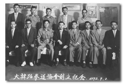 写真左から3番目が崔泓熙総裁